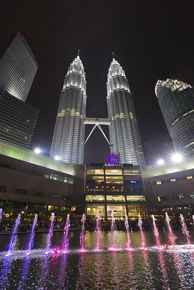 KLCC Lake Symphony Water Fountain Show, Kuala Lumpur, Malaysia, Asia