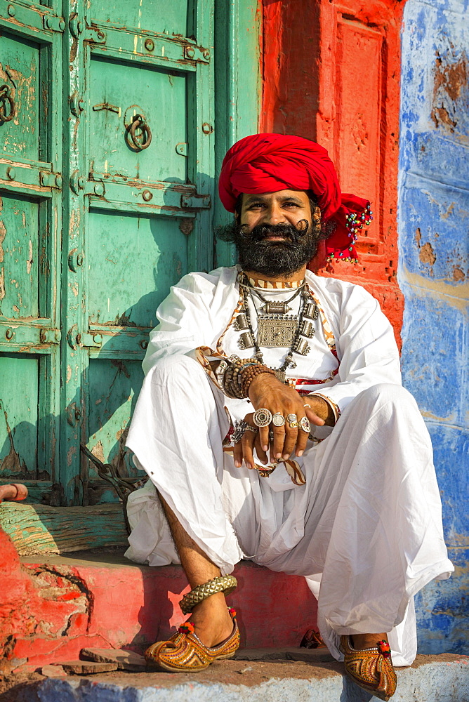 Rajasthani man dressed in traditional clothes, Jodhphur, Rajasthan, India, Asia