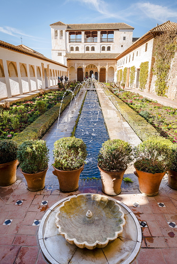 Garden with fountain, Patio de la Acequia, Gardens of the Generalife, Summer Palace Generalife, Palacio de Generalife, Granada, Andalusia, Spain, Europe