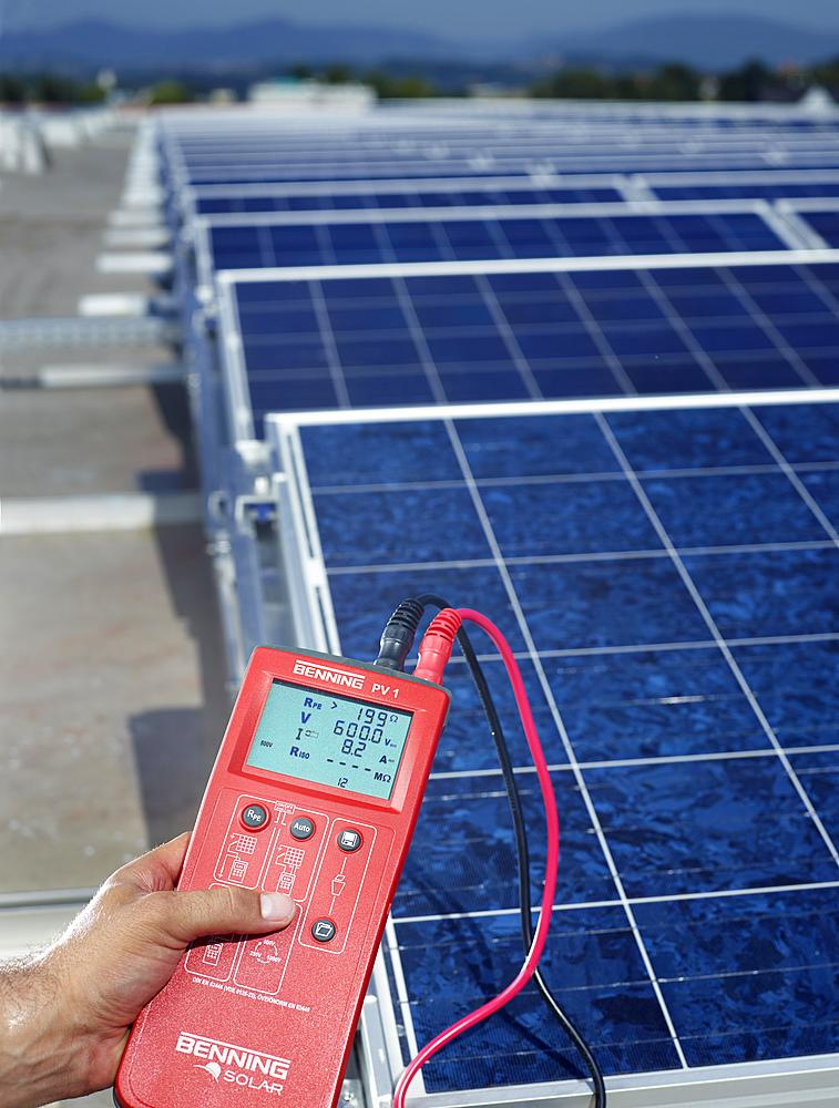 Voltmeter measuring the performance of a solar collector