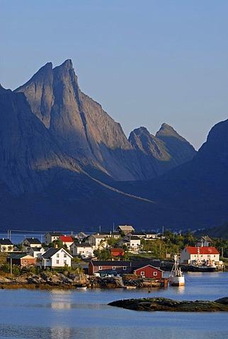 Small village of Reine, mountains at back, island of Moskenesoy, Moskenesoy, Lofoten archipelago, Nordland, Norway, Europe