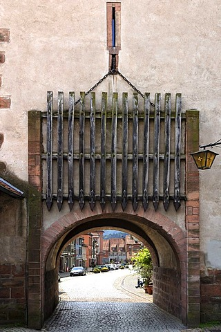 Obertorturm tower, Haigeracher Tor Gate, 17th century, with its wooden portcullis, Victor-Kretz-Strasse street, Gengenbach, Baden-Wuerttemberg, Germany, Europe