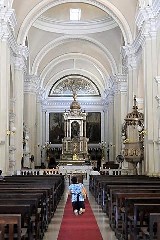 Side altar, Catedral de la Asuncion, built in 1860, Leon, Nicaragua, Central America