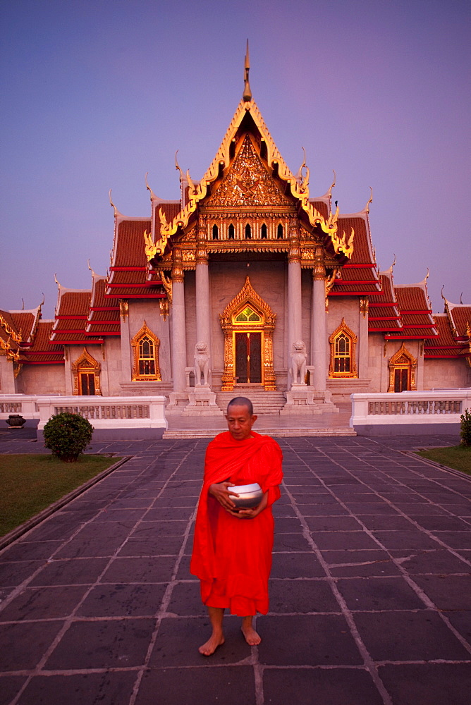 Monks collecting alms at the Marble Temple (Wat Benchamabophit), Bangkok, Thailand, Southeast Asia, Asia