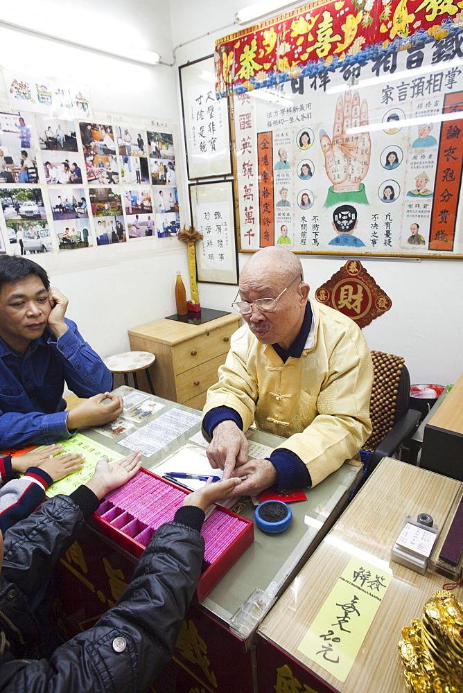 Fortune teller, Wong Tai Sin Temple, Wong Tai Sin, Kowloon, Hong Kong, China, Asia