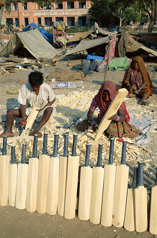 People making cricket bats by the roadside, Jaipur, Rajasthan, India, Asia