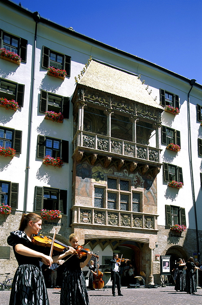 Musicians playing classical music, Golden Roof (Goldenes Dachl), Old Town (Altstadt), Innsbruck, Tirol (Tyrol), Austria, Europe
