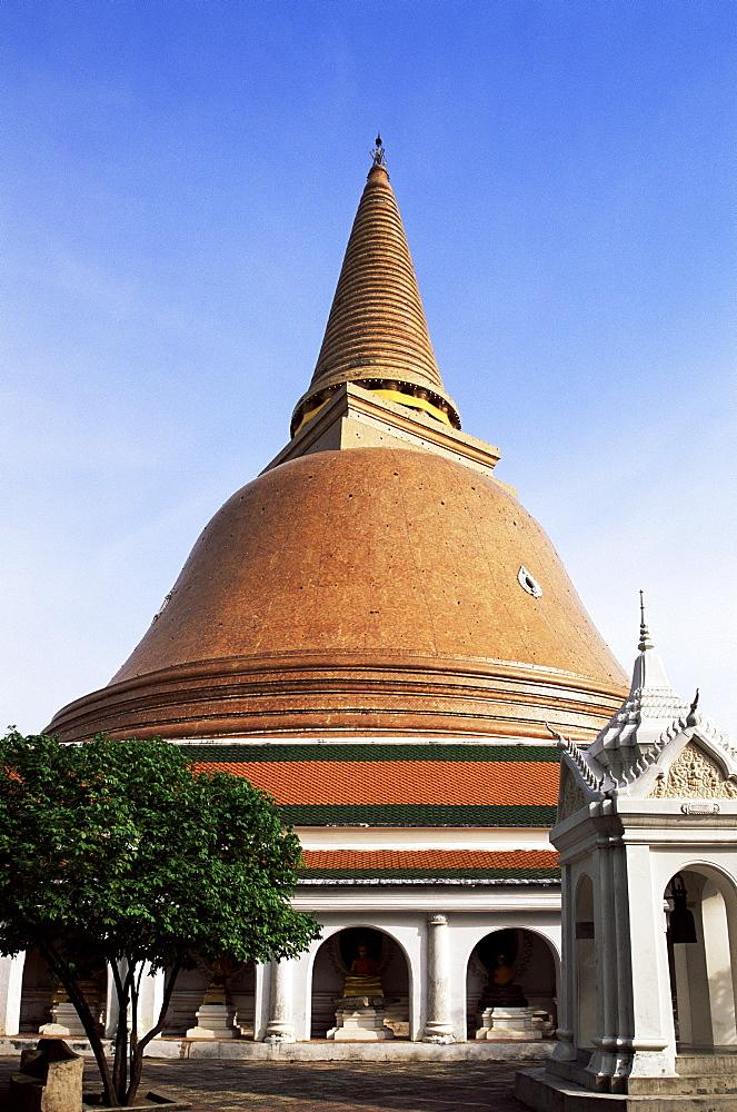 Nakhon Pathom Chedi, a 120 metre gold stupa, Nakhon Pathom, Thailand, Southeast Asia, Asia