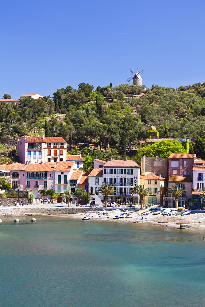 A view of the beach at Collioure in Languedoc-Roussilon, France, Europe. - 835-42