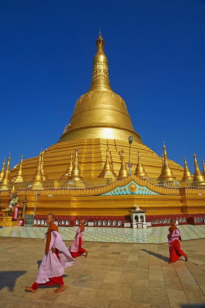 Nun, Shwemawdaw Pagoda, Bago (Pegu), Myanmar (Burma), Asia