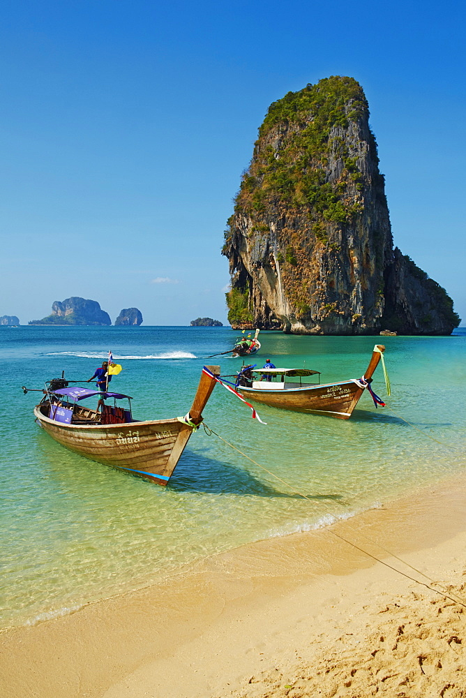 Ao Phra Nang Bay, Railay Beach, Hat Tham Phra Nang Beach, Krabi Province, Thailand, Southeast Asia, Asia *** Local Caption *** lots of beach clean up - 841-1559