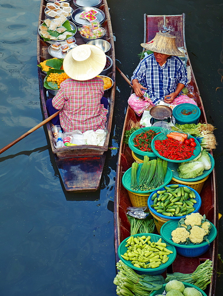 Floating market, Damnoen Saduak, Ratchaburi Province, Thailand, Southeast Asia, Asia *** Local Caption *** cropped to remove boat in top right corner and for stronger compostion, curves/levels adjustments, remove rubbish in water - 841-1583