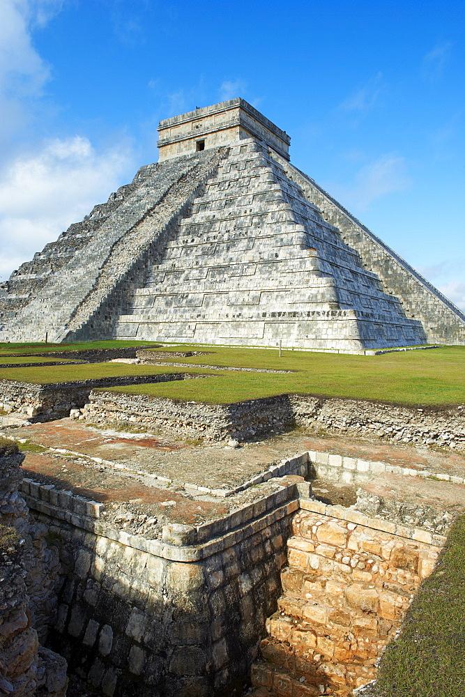 El Castillo pyramid (Temple of Kukulcan) in the ancient Mayan ruins of Chichen Itza, UNESCO World Heritage Site, Yucatan, Mexico, North America