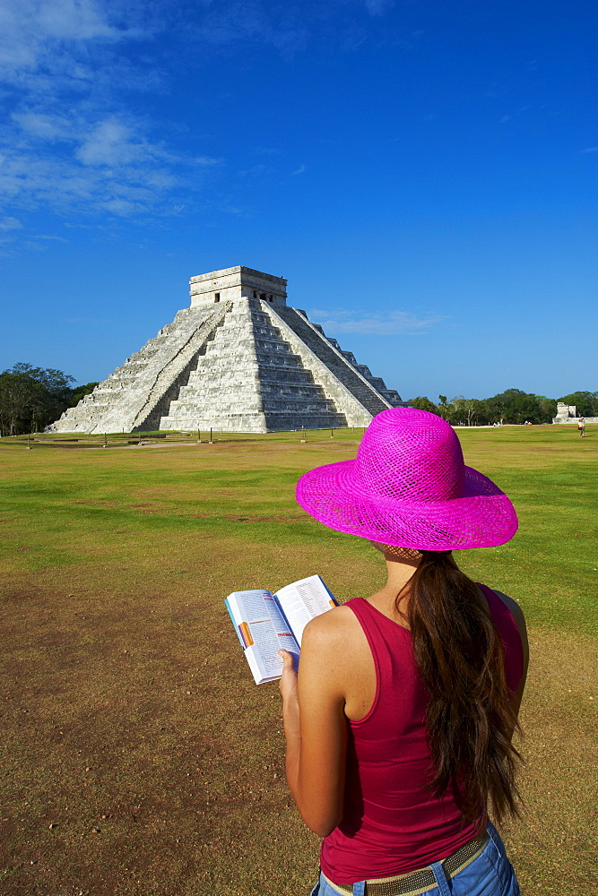 Tourist looking at El Castillo pyramid (Temple of Kukulcan) in the ancient Mayan ruins of Chichen Itza, UNESCO World Heritage Site, Yucatan, Mexico, North America