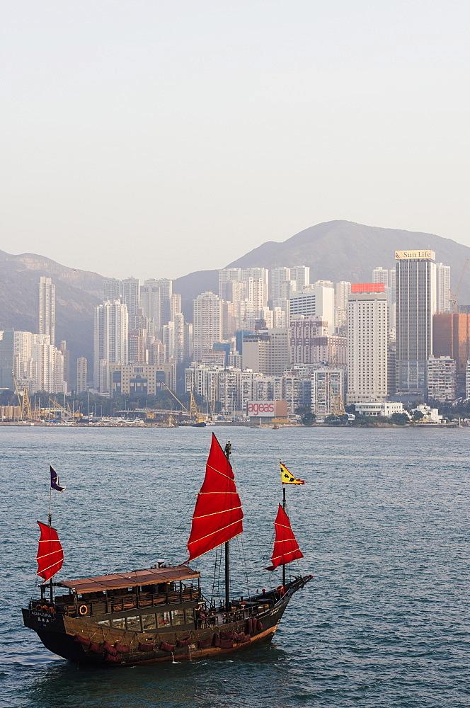 Traditional Chinese junk sailing in Hong Kong Harbour, Hong Kong, China, Asia