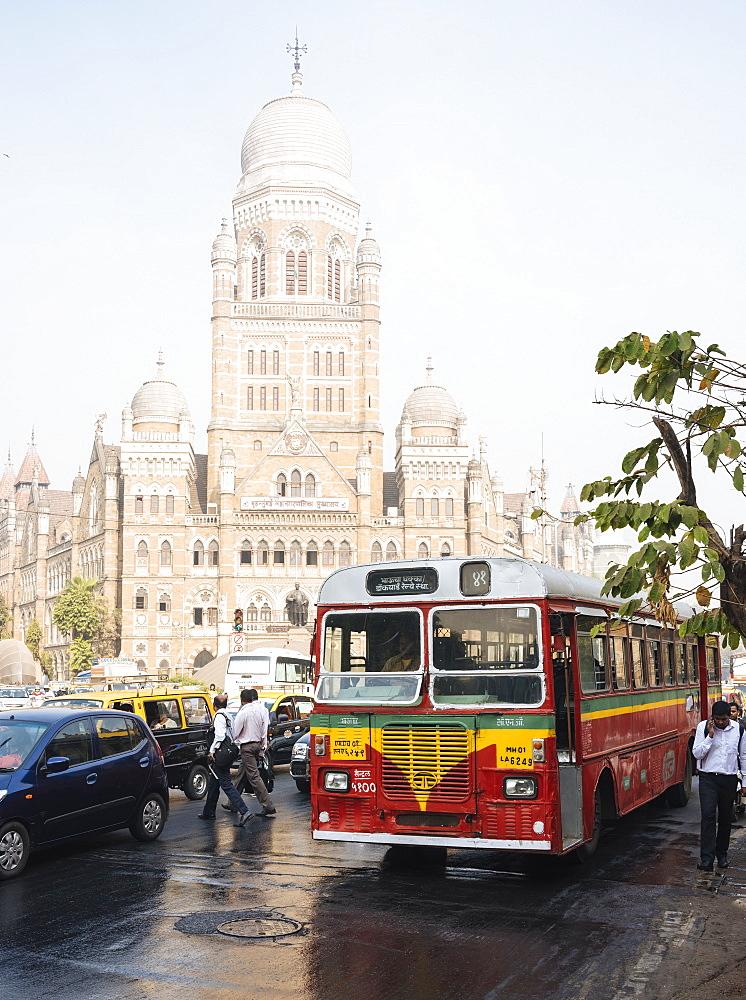 Double decker bus outside Mumbai Municipal corporation building, Mumbai (Bombay), India, South Asia