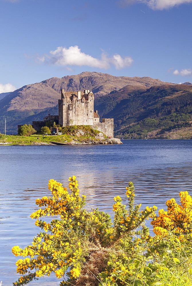 Eilean Donan castle and Loch Duich, The Highlands, Scotland, United Kingdom, Europe