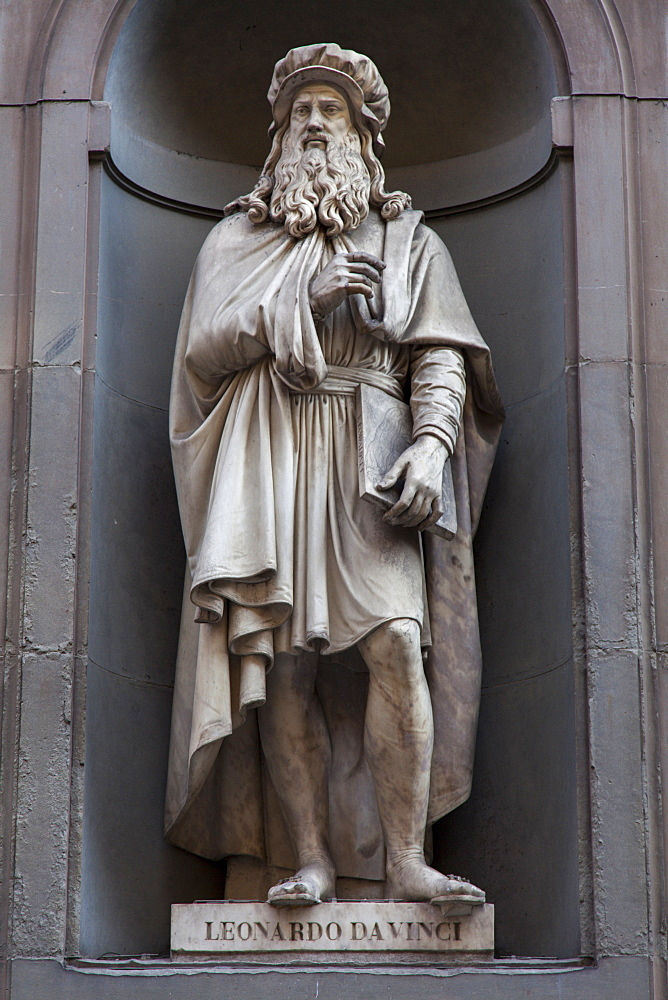 Statue of Leonardo da Vinci  in the Vasari, outside the Uffizi, Florence, UNESCO World Heritage Site, Tuscany, Italy, Europe - 851-540