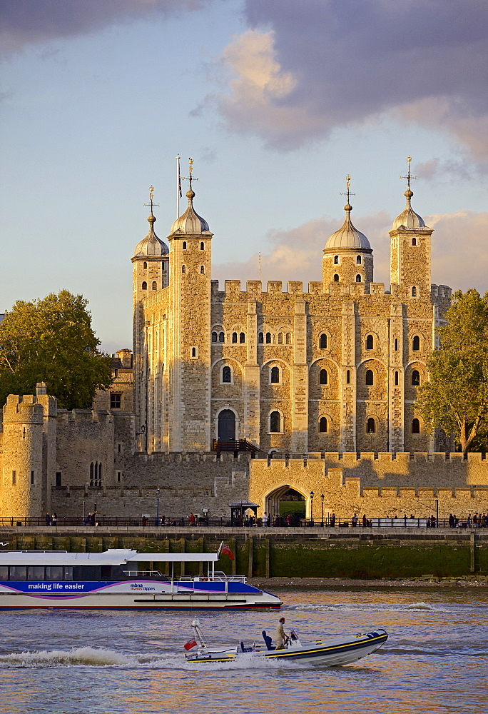 Tower of London, UNESCO World Heritage Site, and the River Thames in the evening, London, England, United Kingdom, Europe - 851-598
