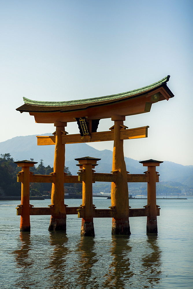 The floating red wooden torii gate of Itsukushima Shrine on Miyajima island, Itsukushima, UNESCO World Heritage Site, Hiroshima Prefecture, Honshu, Japan, Asia