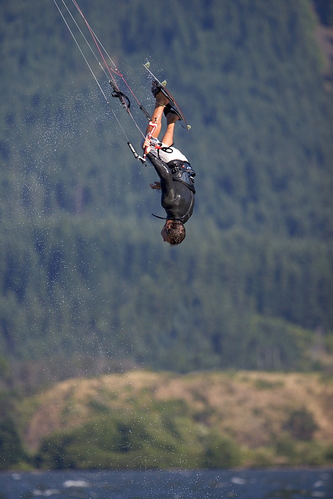 Jaime Herraiz looks relaxed, hanging upside down as he heads into a handle pass.