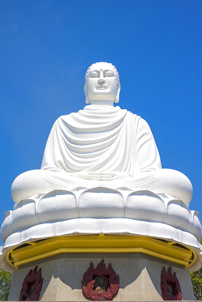 Giant Buddha at Long S?n Pagoda (Chùa Long S?n) Buddhist temple, Nha Trang, Khánh Hòa Province, Vietnam
