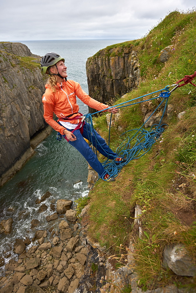 Professional climbers Jacopo Larcher, Barbara Zangerl, Roland Hemetzberger and Lara Neumeier on a climbing trip to Wales, UK. - 857-95532
