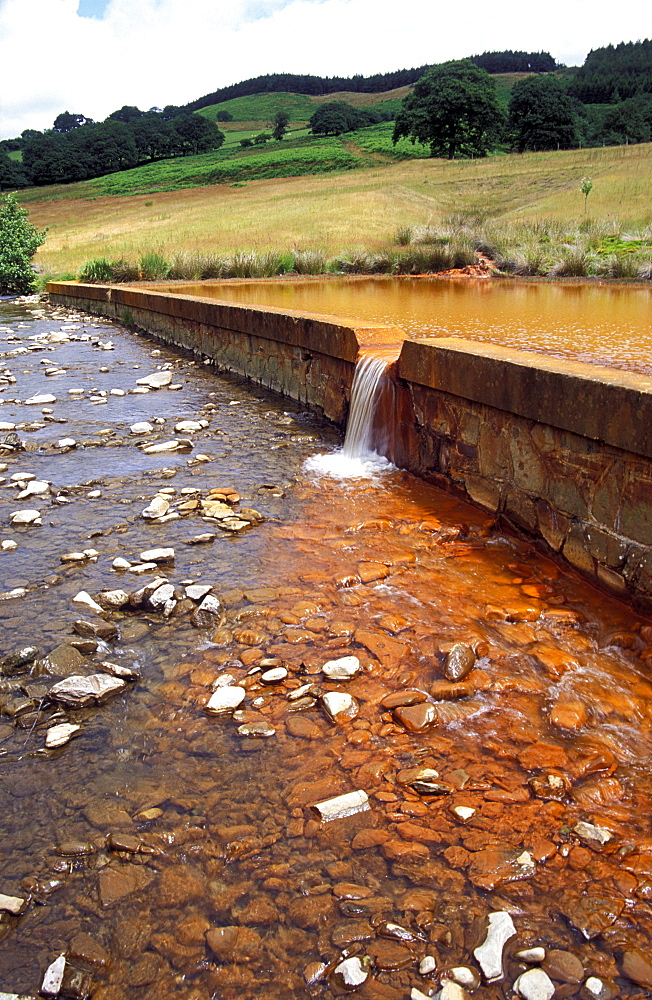 Iron oxide mine pollution, River Pelenna, Cwm Gwenffrwd, Tonmawr, Mid Glamorgan, Wales, Uk, Europe - 915-132