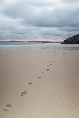 Footsteps in the sand, Carbis Bay beach, St. Ives, Cornwall, England, United Kingdom, Europe  - 974-397