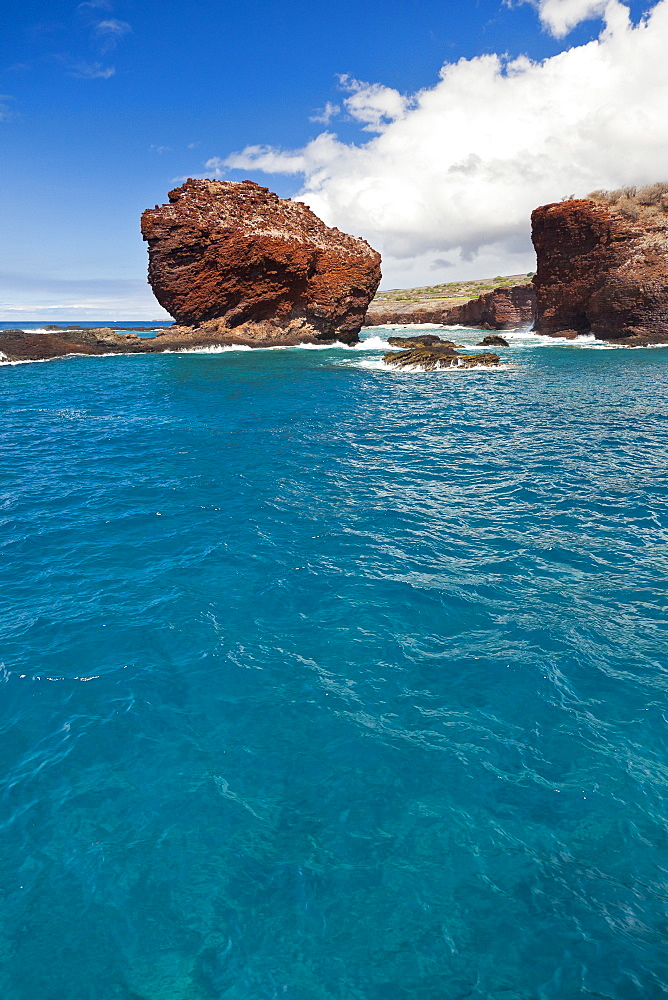 Puu Pehe aka Sweetheart Rock, Manele Bay, South Lāna'i, Lāna'i aka Pineapple Island because of its past as an island-wide pineapple plantation of Dole, the sixth-largest island of the Hawaiian Islands, Hawaii, USA, Pacific Ocean - 983-526
