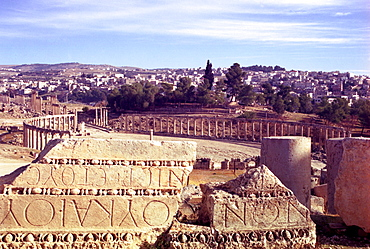 The old Roman and Crusader city of Jerash, (Ancient Gerasa) showing the Oval Forum, Jordan, The Middle East.