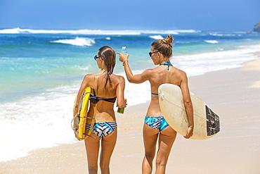 Surfer girls, nyang nyang, Bali, Indonesia