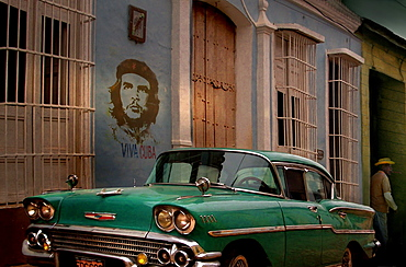 Vintage car and graffiti of Che Guevara in street, Trinidad, ?Sancti?Spritus?Province, Cuba