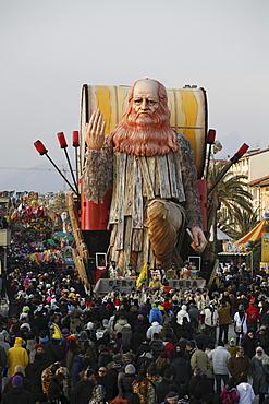 Leonardo da Vinci surrounded by a huge crowd on the streets of Viareggio.