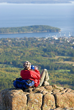 Young woman hiking on Cadillac Mountain in Acadia National Park. Bar Harbor, Maine.(release code: DeLaFuente_Robin.jpg)