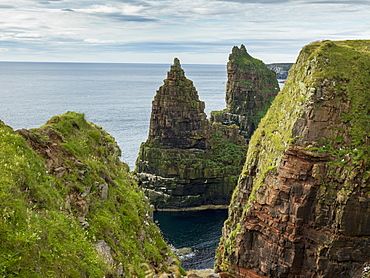 Rugged Peaked Sea Stacks Along The Coast Of Duncansby Head, Scotland