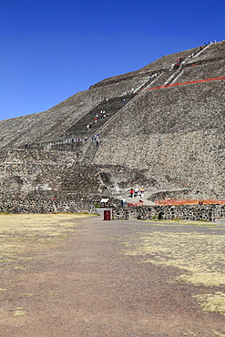 People visiting Pyramid of the Sun, Teotihuacan