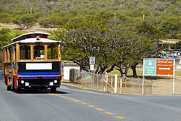 Bus on the road, Diamond Head, Waikiki Beach, Honolulu, Oahu, Hawaii Islands, USA