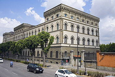 Traffic on the road, Palazzo Strozzi, Florence, Italy