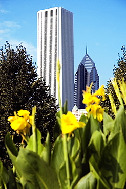 Low angle view of a building in a city, Two Prudential Plaza, Aon Center, Chicago, Illinois, USA