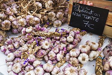 A market stall, fresh produce for sale. Fresh garlic bulbs, France