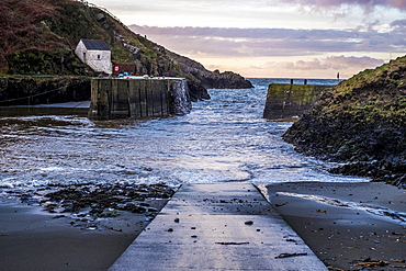 Porthgain Harbour and public house on the harbour wall, Porthgain, Pembrokeshire, Wales, Pembrokeshire National Park, Wales