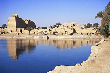 Sacred pool, Temple of Karnak, UNESCO World Heritage Site, Thebes, Egypt, North Africa, Africa