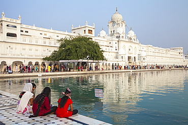 Sikhs at The Harmandir Sahib (The Golden Temple), Amritsar, Punjab, India, Asia