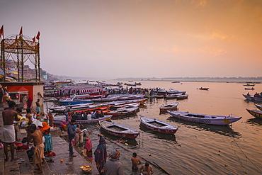 Dashashwamedh Ghat, the main ghat on the Ganges River, Varanasi, Uttar Pradesh, India, Asia