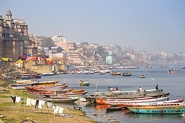 Washing drying on banks of Ganges River, Varanasi, Uttar Pradesh, India, Asia