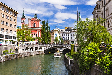 Ljubljanica River, Ljubljana triple bridge (Tromostovje) and the Franciscan Church of the Annunciation, Ljubljana, Slovenia, Europe