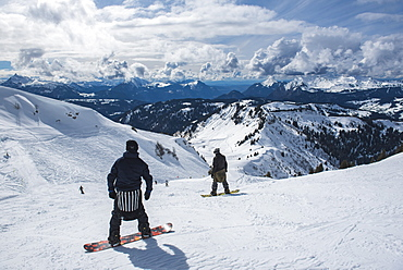 Snowboarders in the Morzine Ski Area, Port du Soleil, Auvergne Rhone Alpes, French Alps, France, Europe