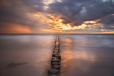 Groynes on the beach in the evening, Dierhagen, Fischland-Darss-Zingst, Baltic Sea, Mecklenburg-Vorpommern, Germany