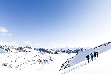 group ski touring, avalanche assessment on a skitour, risk management with groups, Heji Zwaechte, Obergoms, Berner Oberland, Switzerland